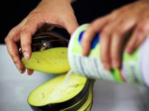 Как приготовить баклажаны в духовке с помидорами