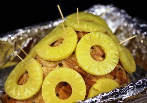 свинина под ананасами в духовке