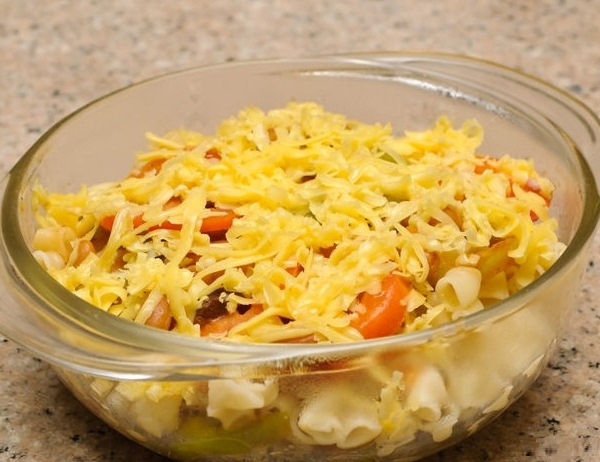 Запеканка из макарон с помидорами и яйцом