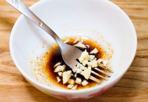 Смешиваем чеснок и розмарин с уксусом и маслом