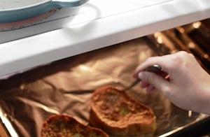 Помещаем хлеб в духовку