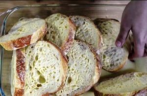 Смачиваем хлеб в яичную смесь
