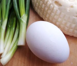 Сыр крошим и рубим зеленый лук