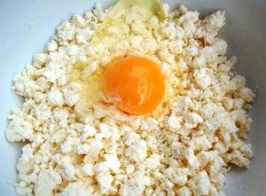 Добавляем в миску сыр, яйцо, соль