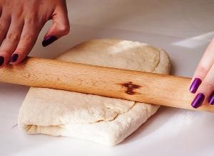 Раскатываем и охлаждаем тесто