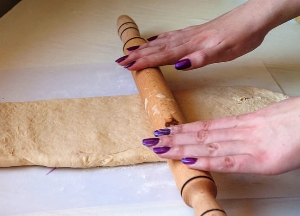 Разрезаем тесто на 3 части