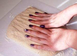 Раскатываем тесто в прямоугольник