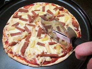 Достаем пиццу из духовки, нарезаем и подаем