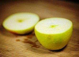 Моем и надрезаем яблоки