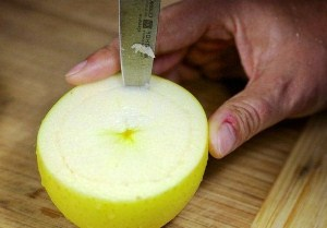 Вынимаем середину из яблок