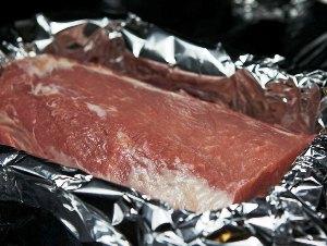 Кладем мясо на противень
