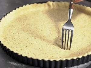 Помещаем тесто в форму и прокалываем вилкой