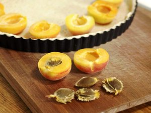 Чистим и раскладываем абрикосы