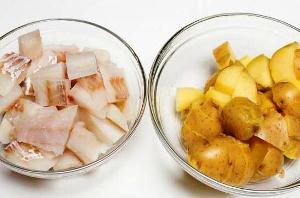 Нарезаем картошку и рыбу