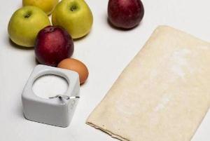 Подготавливаем ингредиенты - тесто, яблоки и сахар