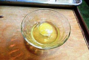 Смазываем слойки яйцом