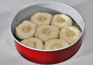 Укладываем булочки в форму