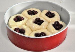 Добавляем вишни в булочки