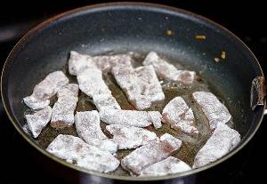 Вынимаем лук и добавляем печень