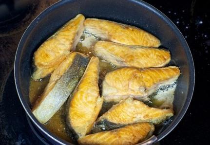 Обжариваем рыбу в масле