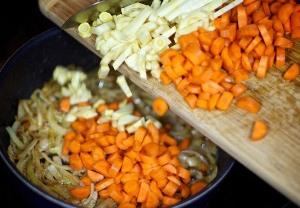 Добавляем овощи к луку