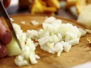 Чистим и нарезаем луковицу