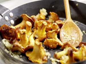 Обжариваем грибы вместе с луком