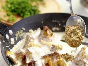 Добавляем к лисичкам в сметане горчицу и зеленый лук
