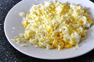 Отвариваем яйца для дрожжевых блинов