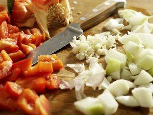 Моем, чистим и нарезаем овощи