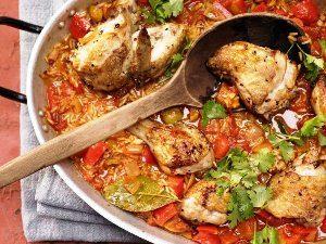Подаем рис с курицей запеченный в духовке на стол