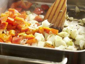 Обжариваем лук и перец на сковороде