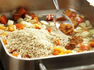 Добавляем в сковородку рис и паприку