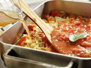 Добавляем в сковородку помидоры