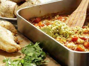 Посыпаем рис с курицей зеленью и оливками