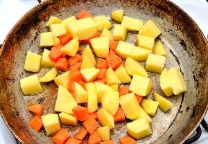Обжариваем картошку и морковь на утином жире