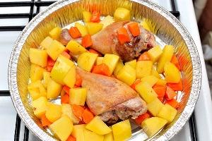 Добавляем в форму картошку, морковь, соль и перец
