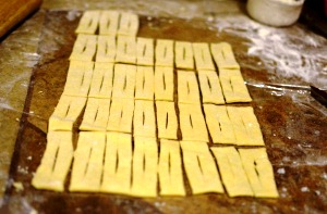 Разрезаем тесто для вергунов на кефире на кусочки