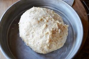 Помещаем тесто в смазанную маслом форму