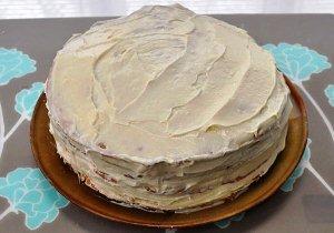Смазываем кремом торт сверху и с боков