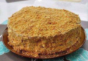 Посыпаем торт из заварного теста крошкой