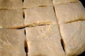 Разрезаем тесто на 12 частей