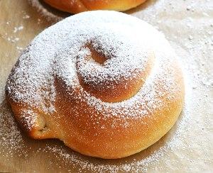 Посыпаем булочки сахарной пудрой