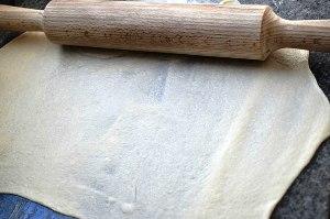 Раскатываем тесто скалкой
