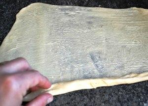 Сворачиваем тесто в рулон