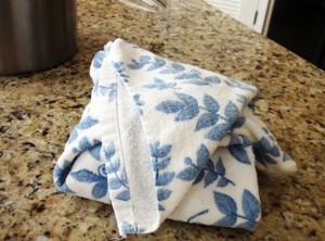 Заверните тесто в полотенце