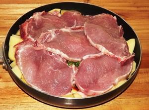 Добавляем свинину, солим, перчим и готовим в духовке