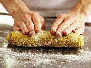 Формируем из теста толстую колбаску