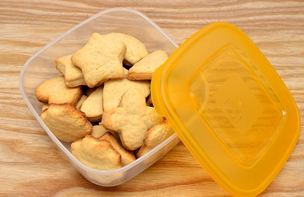 Помещаем песочное печенье в коробку