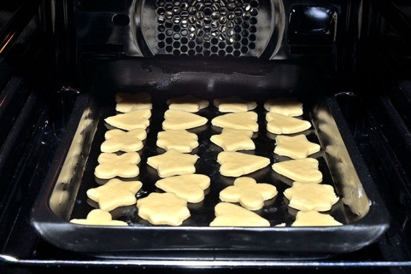 Помещаем песочное печенье в духовку